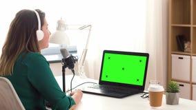 Γυναίκα με την καταγραφή μικροφώνων podcast στο στούντιο απόθεμα βίντεο