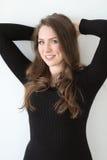 Γυναίκα με την καφετιά τρίχα και τα όμορφα μπλε μάτια Στοκ Εικόνα