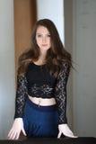 Γυναίκα με την καφετιά τρίχα και τα όμορφα μπλε μάτια Στοκ φωτογραφίες με δικαίωμα ελεύθερης χρήσης