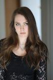 Γυναίκα με την καφετιά τρίχα και τα όμορφα μπλε μάτια Στοκ εικόνες με δικαίωμα ελεύθερης χρήσης