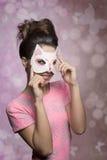 Γυναίκα με την καλή μάσκα γατακιών Στοκ εικόνες με δικαίωμα ελεύθερης χρήσης