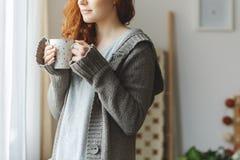 Γυναίκα με την κούπα Στοκ φωτογραφία με δικαίωμα ελεύθερης χρήσης
