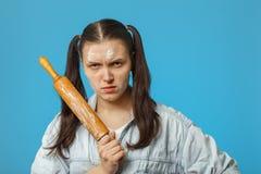 Γυναίκα με την κυλώντας καρφίτσα στοκ φωτογραφία με δικαίωμα ελεύθερης χρήσης