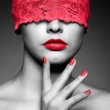 Γυναίκα με την κόκκινη δαντελλωτός κορδέλλα στα μάτια Στοκ εικόνα με δικαίωμα ελεύθερης χρήσης