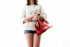 Γυναίκα με την κόκκινη τσάντα στα χέρια Στοκ φωτογραφία με δικαίωμα ελεύθερης χρήσης