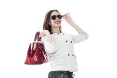 Γυναίκα με την κόκκινη τσάντα στα χέρια Στοκ εικόνα με δικαίωμα ελεύθερης χρήσης