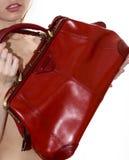 Γυναίκα με την κόκκινη τσάντα στα χέρια Στοκ φωτογραφίες με δικαίωμα ελεύθερης χρήσης