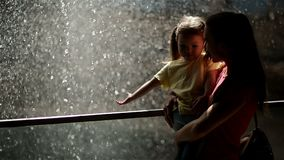 Γυναίκα με την κόρη της που στέκεται κοντά στον καταρράκτη Είναι κουρασμένοι αλλά ευτυχείς να ξοδεψουν το χρόνο μαζί στη φύση απόθεμα βίντεο