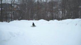 Γυναίκα με την κόρη Sleedding σε έναν σωλήνα χιονιού απόθεμα βίντεο