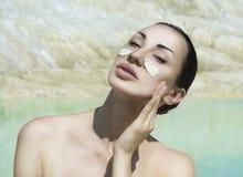Γυναίκα με την μπλε του προσώπου μάσκα αργίλου Ομορφιά και Wellness SPA Outdo στοκ φωτογραφίες με δικαίωμα ελεύθερης χρήσης