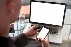 Γυναίκα με την ξανθή σύντομη εργασία αναλυτών τρίχας στο ομο-εργαζόμενο γραφείο στο lap-top, βιβλίο, φως της ημέρας Χέρια που δακ στοκ φωτογραφία