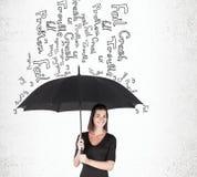 Γυναίκα με την ομπρέλα κοντά στο συμπαγή τοίχο στοκ φωτογραφίες