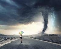 Γυναίκα με την ομπρέλα ουράνιων τόξων Στοκ φωτογραφία με δικαίωμα ελεύθερης χρήσης