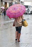 Γυναίκα με την ομπρέλα που περπατά κάτω από την οδό Στοκ Εικόνα