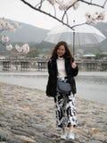 Γυναίκα με την ομπρέλα σε Nishikyo-nishikyo-ku, Κιότο, Ιαπωνία στοκ φωτογραφία