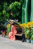 Γυναίκα με την ομπρέλα στο φόρεμα AO Dai, Βιετνάμ Στοκ Εικόνα