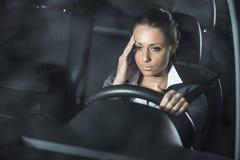 Γυναίκα με την οδήγηση πονοκέφαλου Στοκ Φωτογραφίες