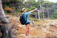 Γυναίκα με την οδοιπορία σακιδίων πλάτης στα βουνά, που περπατά μέσω του δάσους και των λόφων Ευτυχής γυναίκα, έτοιμη για την περ στοκ φωτογραφίες με δικαίωμα ελεύθερης χρήσης