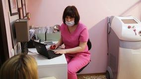 Γυναίκα με την παραλαβή στο γιατρό απόθεμα βίντεο