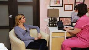 Γυναίκα με την παραλαβή στο γιατρό φιλμ μικρού μήκους