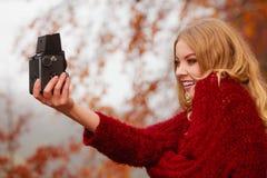 Γυναίκα με την παλαιά εκλεκτής ποιότητας κάμερα που παίρνει selfie τη φωτογραφία Στοκ Εικόνα