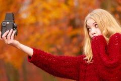 Γυναίκα με την παλαιά εκλεκτής ποιότητας κάμερα που παίρνει selfie τη φωτογραφία Στοκ Φωτογραφίες