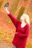 Γυναίκα με την παλαιά εκλεκτής ποιότητας κάμερα που παίρνει selfie τη φωτογραφία Στοκ εικόνα με δικαίωμα ελεύθερης χρήσης