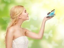 Γυναίκα με την πεταλούδα διαθέσιμη Στοκ φωτογραφίες με δικαίωμα ελεύθερης χρήσης