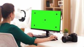 Γυναίκα με με την πράσινη οθόνη στον υπολογιστή στο σπίτι απόθεμα βίντεο