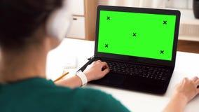 Γυναίκα με με την πράσινη οθόνη στο lap-top στο σπίτι φιλμ μικρού μήκους