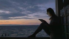 Γυναίκα με την ταμπλέτα στο μπαλκόνι απόθεμα βίντεο
