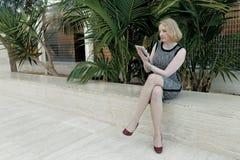 Γυναίκα με την ταμπλέτα Στοκ Φωτογραφία