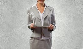 Γυναίκα με την ταμπλέτα Στοκ εικόνα με δικαίωμα ελεύθερης χρήσης