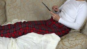 Γυναίκα με την ταμπλέτα απόθεμα βίντεο