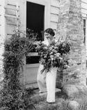 Γυναίκα με την τεράστια ανθοδέσμη των λουλουδιών (όλα τα πρόσωπα που απεικονίζονται δεν ζουν περισσότερο και κανένα κτήμα δεν υπά Στοκ Εικόνες