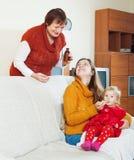 Γυναίκα με την ώριμη μητέρα που δίνει το ιατρικό sirup στο μικρό παιδί στοκ φωτογραφίες