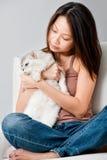 Γυναίκα με τη γάτα στοκ εικόνες με δικαίωμα ελεύθερης χρήσης