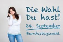 Γυναίκα με τη γερμανική έκκληση για να πάει ψηφοφορία στη γερμανική ομοσπονδιακή εκλογή 2 στοκ φωτογραφία με δικαίωμα ελεύθερης χρήσης