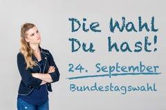 Γυναίκα με τη γερμανική έκκληση για να πάει ψηφοφορία στη γερμανική ομοσπονδιακή εκλογή 2 στοκ φωτογραφίες