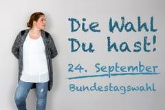Γυναίκα με τη γερμανική έκκληση για να πάει ψηφοφορία στη γερμανική ομοσπονδιακή εκλογή 2 στοκ εικόνες