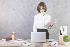 Γυναίκα με τη γραφική εργασία που χρησιμοποιεί το lap-top Στοκ Εικόνες