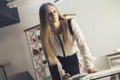 Γυναίκα με τη γραφική εργασία Στοκ Εικόνες
