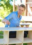 Γυναίκα με τη ζωγραφική βουρτσών Στοκ φωτογραφία με δικαίωμα ελεύθερης χρήσης