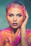 Γυναίκα με τη ζωηρόχρωμη τέχνη σωμάτων Στοκ εικόνα με δικαίωμα ελεύθερης χρήσης