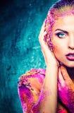 Γυναίκα με τη ζωηρόχρωμη τέχνη σωμάτων Στοκ εικόνες με δικαίωμα ελεύθερης χρήσης