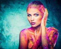 Γυναίκα με τη ζωηρόχρωμη τέχνη σωμάτων Στοκ Εικόνες