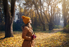 Γυναίκα με τη κάμερα στο πάρκο φθινοπώρου Στοκ Φωτογραφίες