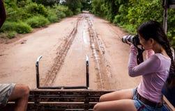 Γυναίκα με τη κάμερα στο σαφάρι, Pantanal, Βραζιλία Στοκ Φωτογραφία