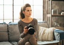 Γυναίκα με τη κάμερα φωτογραφιών dslr Στοκ εικόνα με δικαίωμα ελεύθερης χρήσης