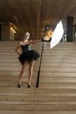 Γυναίκα με τη λάμψη στα σκαλοπάτια στοκ φωτογραφίες